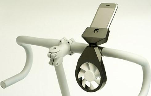 Để sạc điện thoại chỉ cần đặt ifan trên tay lái của 1 chiếc xe đạp.