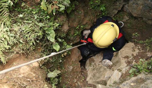 Miệng hang rất hẹp, chỉ vừa thân người trườn qua và có nhiều ngóc ngách khiến việc cứu hộ gặp nhiều khó khăn. Ảnh: Lê Hoàng.