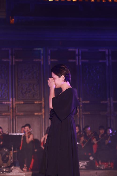 Khi hát những câu mà cha dành riêng cho mình, Bông Mai đã bật khóc nghẹn ngào trên sân khấu.