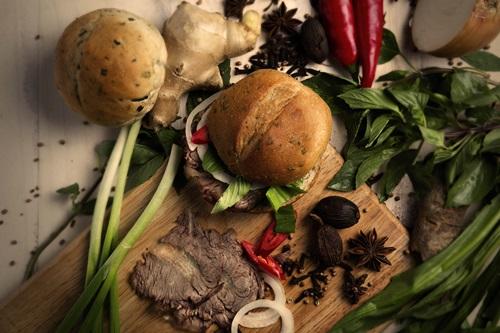 Hành lá, tiêu và nhiều loại gia vị khác trên lớp vỏ thơm giòn của bánh mì. Một ổ bánh mì phở có giá 25.000 đồng.