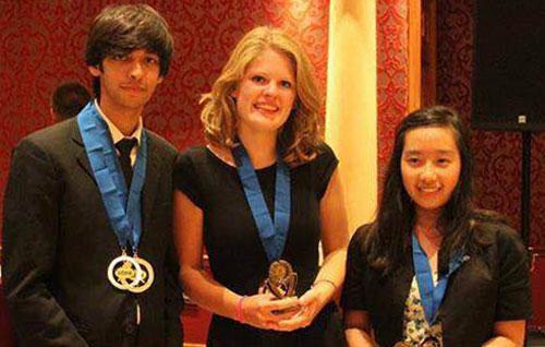 Năm 2013, Uyên cùng hai người bạn đến từ Hà Lan và Pakistan giành giải nhất cuộc thi tranh biện quốc tế. Ảnh: NVCC.