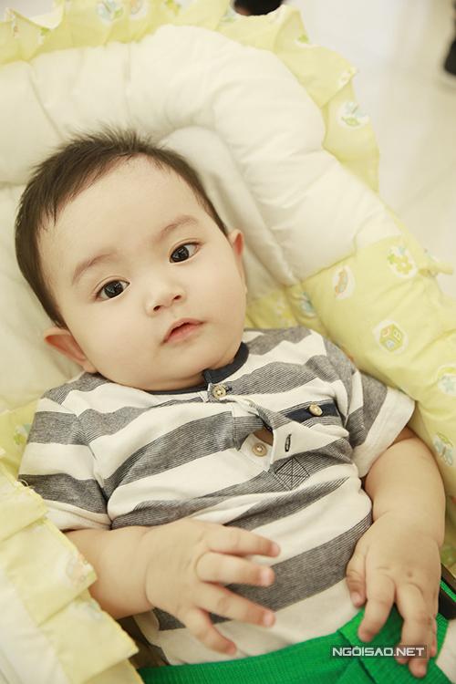 Kubi càng lớn càng bụ bẫm, đáng yêu. Cậu bé có nhiều nét giống bố Phan Hiển.