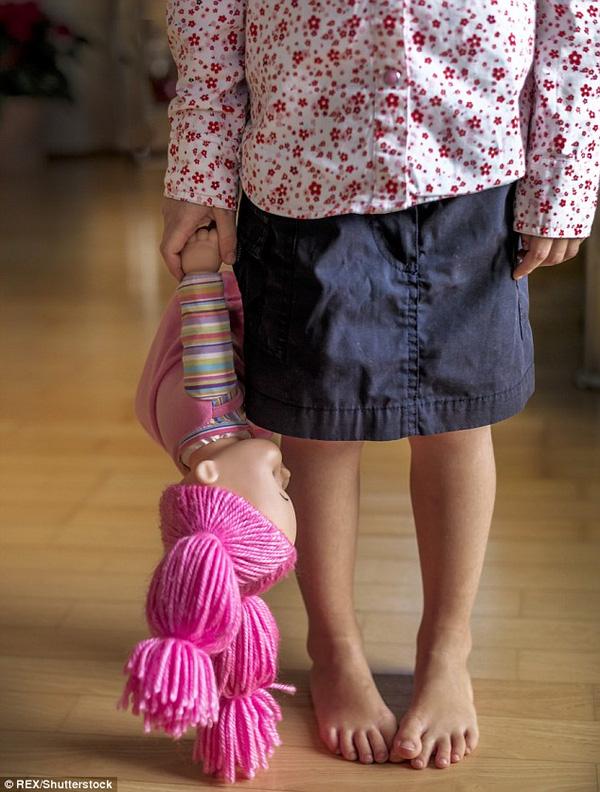Những vụ việc các bé gái bị chính người thân trong gia đình lạm dụng khiến dư luận không khỏi bàng hoàng, đau xót.