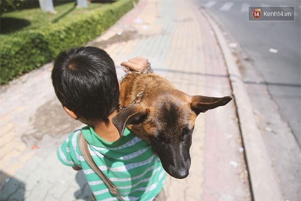 Do chú chó bị tật 1 chân, khó khăn khi di chuyển nên Bảo luôn ẵm người bạn của mình trên tay.
