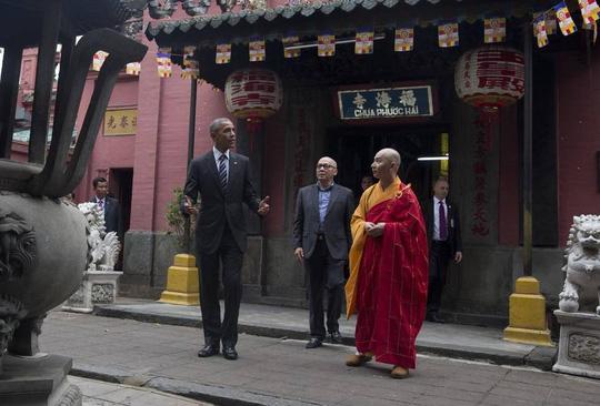 Ông Obama cùng trụ trì chùa Ngọc Hoàng Thích Minh Thông. Ảnh: AP