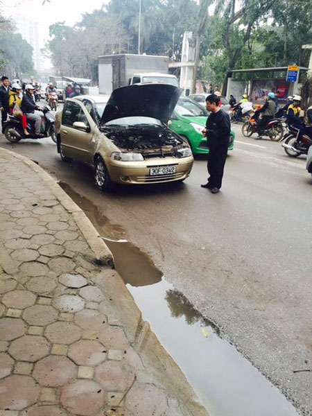 Chiếc xe do người đàn ông điều khiển bốc cháy dữ dội khi đang chạy trên đường - (Ảnh: CTV).