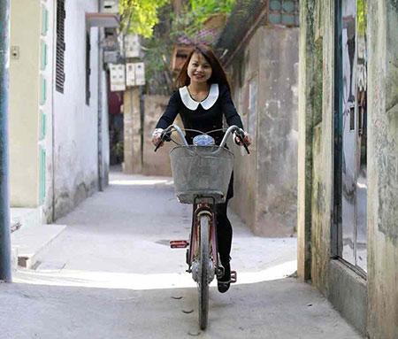 Cô gái 9X này đạp xe bằng một chân, mong muốn sớm mua được chân giả - Ảnh: NVCC