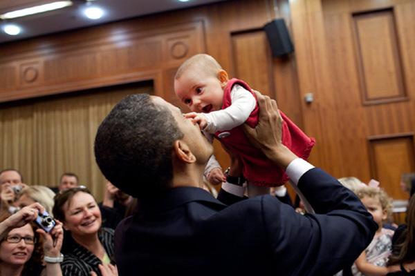 Ông Obama chào đón người hâm mộ bé nhất khán phòng tại Praha, Séc năm 2009.
