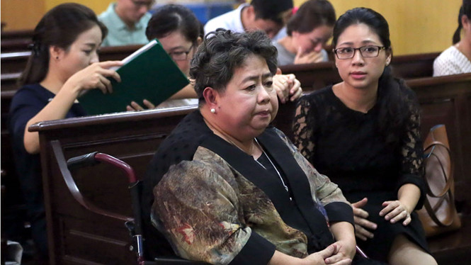 Bà Hứa Thị Phấn đến tòa bằng xe lăn