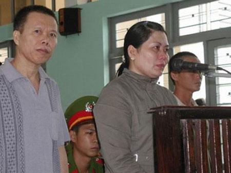 Hai Chi và vợ bé tại phiên tòa