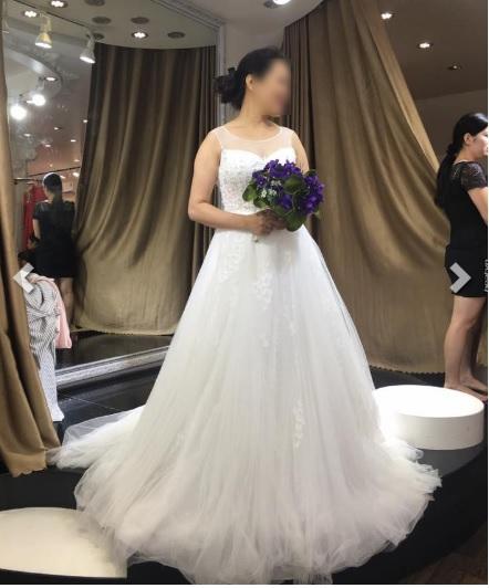 Cô dâu U50 đi thử váy cưới, không khác gì một cô gái trẻ.
