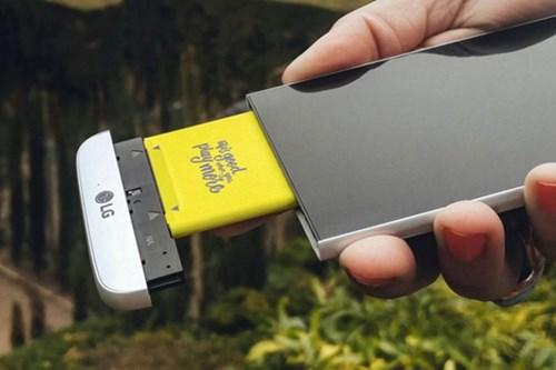 Phần mô-đun có thể tháo rời để gắn thêm phụ kiện hoặc thay thế pin là tính năng nổi bật nhất của LG G5 - Ảnh: AFP