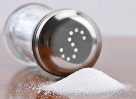 Đồ ăn chứa quá nhiều muối cũng là thực phẩm khiến bạn già nhanh chóng. Ảnh: Yahoo.