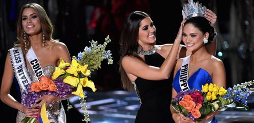 Khoảnh khắc trao nhầm vương miện trở thành kinh điển trong lịch sử cuộc thi Hoa hậu Hoàn vũ.