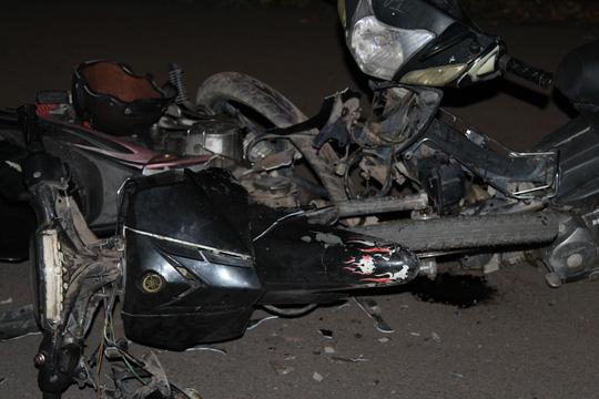 Ba người nguy kịch, hai chiếc xe máy cũng vỡ vụn hoàn toàn.