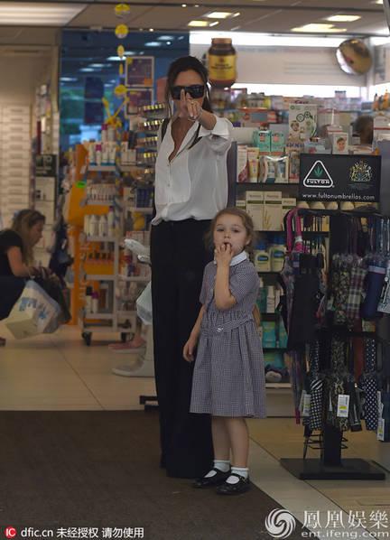 Con gái Beckham mút tay ngon lành trong khi mẹ Vic chỉ thẳng tay về phía cánh phóng viên.