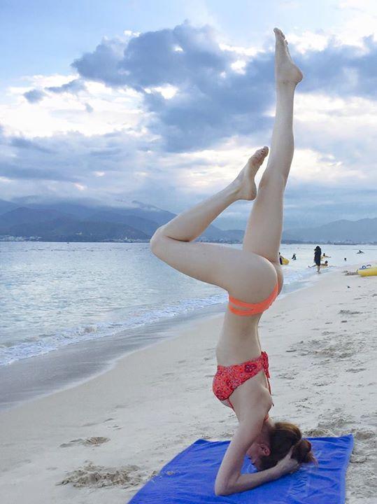 Bà mẹ một con khoe lên trang cá nhân một bức hình diện bikini ở bãi biển, thể hiện động tác yoga khó. Cũng nhờ những bài tập này mà Hà Hồ nhanh chóng lấy lại được ba vòng đáng mơ ước để trở lại với công việc.