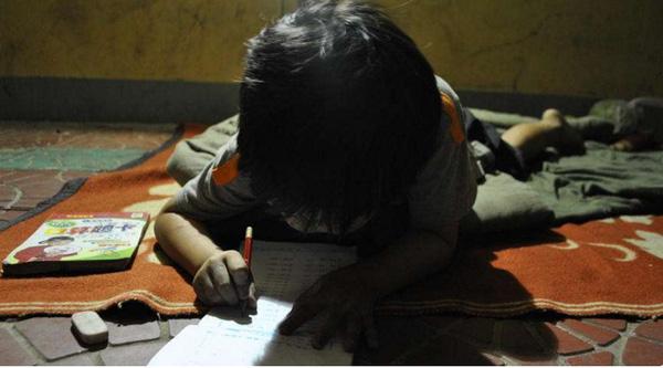 Cô bé Yan Yan chăm chỉ học bài. Cha cô bé rất tự hào về sự thông minh của Yan Yan.