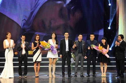 Đoàn phim Tuổi thanh xuân lên sân khấu nhận giải Cánh Diều Vàng cho phim truyền hình hay nhất. Ảnh: Giang Huy.