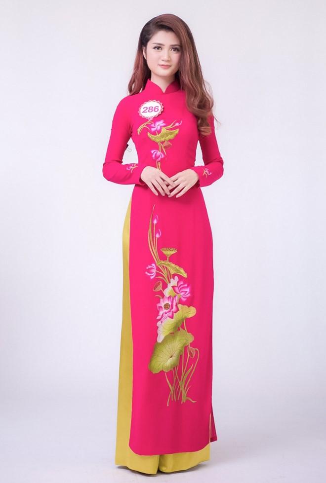 Do vòng eo nhỏ, ở phần chụp hình áo dài, Huyền Trang phải dùng kẹp để trang phục vừa vặn hơn với cơ thể.