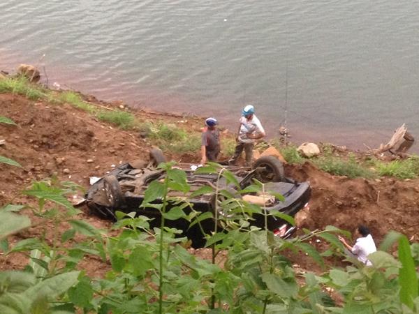 Chiếc xế hộp bị hư hỏng nặng sau khi rơi xuống bờ hồ