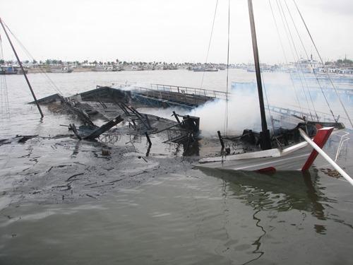 Tàu du lịch 4 sao bốc cháy dữ dội rồi chìm nghỉm. Ảnh: Minh Cương