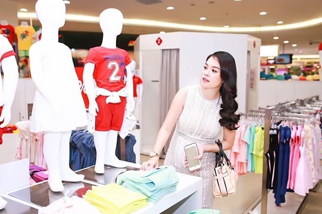 Trước đó, nữ diễn viên tranh thủ đến sớm sắm đồ cho con sắp chào đời. Hiện Dương Cẩm Lynh mang thai ở tháng thứ 6, cô tăng cân khá nhiều.