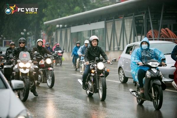 Đoàn biker xuất phát từ Nhà hát lớn Hà Nội và diễu dành qua các tuyến phố của thủ đô tới Trung tâm triển lãm Giảng Võ, nơi sẽ tổ chức liveshowBức Tường và những người bạn - Đôi bàn tay thắp lửa của ca sĩ Trần Lập.