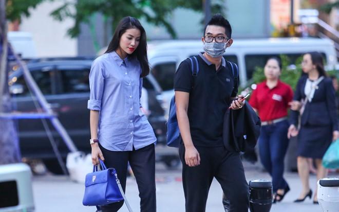 Người đẹp chọn trang phục khá giản dị với sơ mi, quần tây, gương mặt trang điểm nhẹ. Cô đi cùng người quản lý.