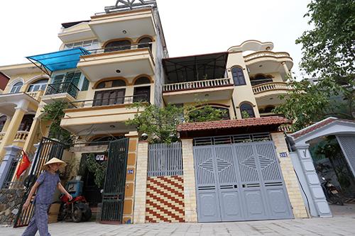 Theo quy định tuyến phố kiểu mẫu, tầng 1 của những ngôi nhà mặt tiền sơn màu ghi nhạt, tầng 2 trở lên có thể sơn các màu vàng nhạt, ghi, trắng sáng. Ảnh: Bá Đô.