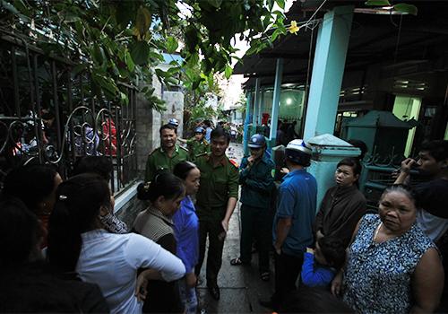 Con hẻm nhà cụ Ổi bị cháy chỉ rộng hơn một mét, gây khó khăn cho lực lượng cứu hộ. Nguyễn Đông.