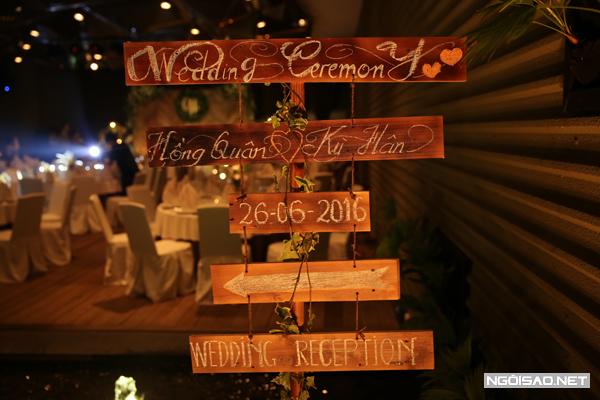 Cặp đôi sử dụng những tấm bảng gỗ ghi tên cô dâu, chú rể và chỉ dẫn hướng đi cho khách mời.