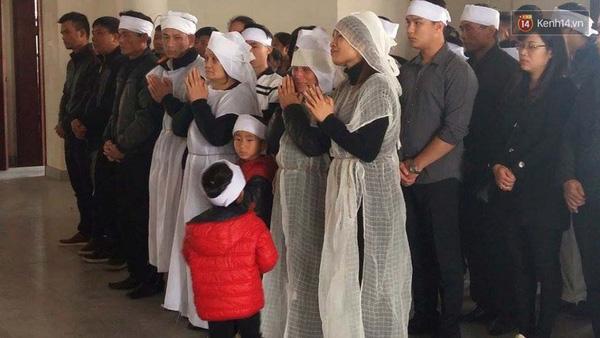 Hình ảnh đau thương trong đám tang tiễn biệt 2 ông cháu xấu số - 2 nạn nhân vụ tông xe ngày 29/2 vừa qua ở Ái Mộ, Long Biên, Hà Nội