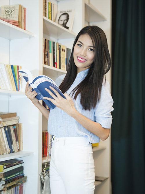 Hành trang không thể thiếu của Lan Khuê khi rời nhà gồm một cuốn sách để đọc khi rảnh rỗi.
