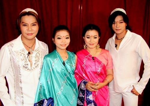 Nghệ sĩ Linh Tâm - Cẩm Thu cùng con trai Linh Tý (phải) và con gái (áo xanh) trong vở Mùa tôm năm 2004. Linh Tý sẽ tái hiện một phần câu chuyện đời anh trong tập hai chương trình Sao nối ngôi, phát sóng vào 21h ngày 14/6.