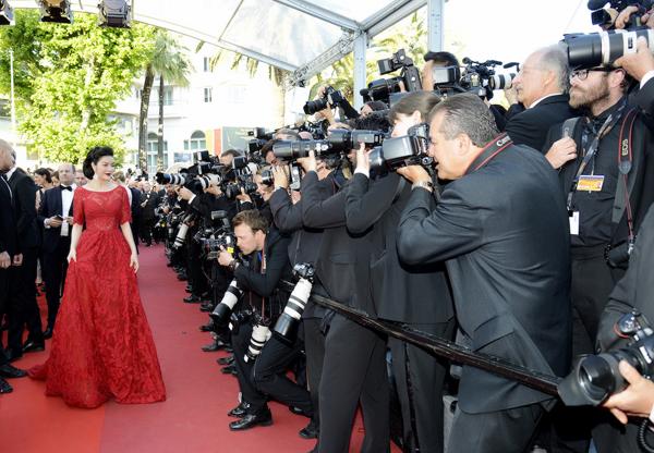 Cô sải bước trên thảm đỏ trước hàng trăm ống kính phóng viên quốc tế.
