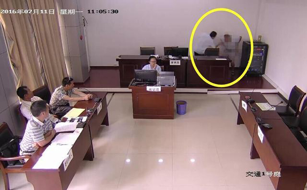 Sau đó ông ta chui vào góc cạnh thẩm phán để đại tiện. Ảnh: Shanghaiist