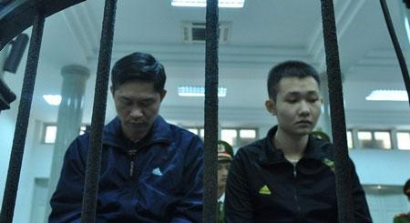 Hai bị cáo Nguyễn Mạnh Tường và Đào Quang Khánh trước phiên tòa sơ thẩm. Ảnh: Tuổi trẻ.