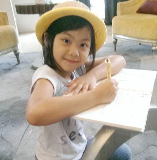 Cô bé mong muốn trở thành người làm nghề viết lách trong tương lai. Hằng ngày, em đều đọc sách trước khi đi ngủ - Ảnh: NVCC