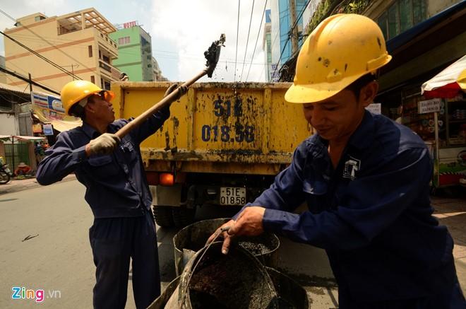 Mỗi ngày có hàng chục tấn rác thải được dọn lên. Trong số đó có rất nhiều loại độc hại như rác thải y tế, rác thải công nghiệp, hóa chất...