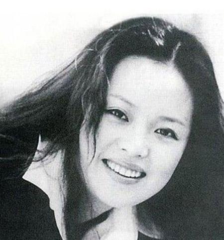 Nữ ca sĩ quá cố Quân Tử vì Uông Phong mà trầm uất tự tử.