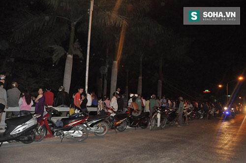 Vụ việc thu hút khá đông người dân hiếu kỳ đứng xem trên cầu An Lộc.