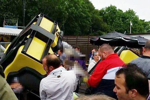 Nhiều người đang ra sức kéo những toa tàu ra khỏi các nạn nhân trong vụ tai nạn.