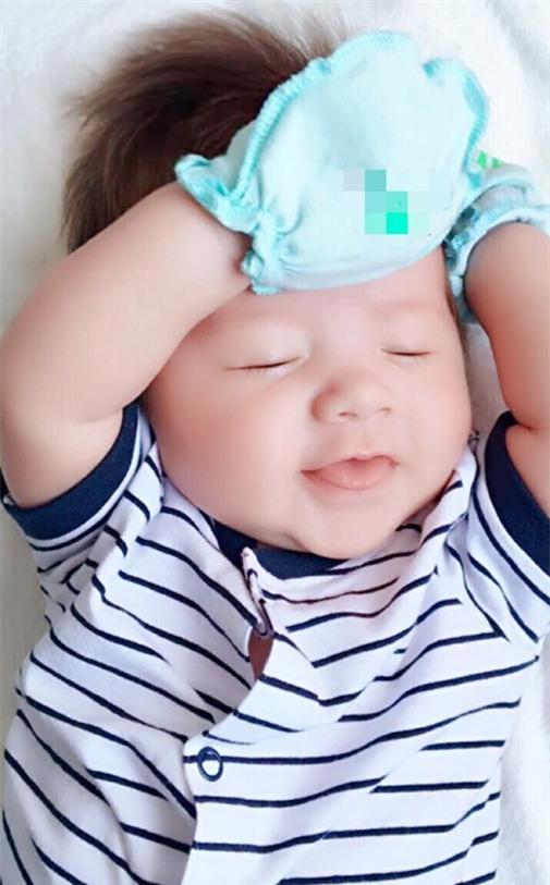 Bức ảnh mới được tiết lộ đang gây bão của con trai Elly Trần