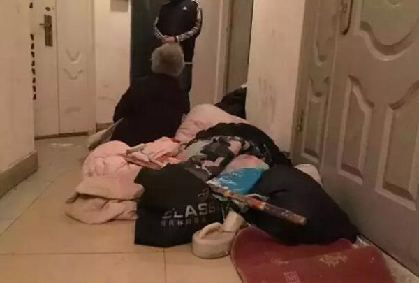 Nhiều người ái ngại khi nhìn thấy cặp vợ chồng già vạ vật ở hành lang hơn 1 ngày mà vẫn chưa được vào nhà. Ảnh: Weibo
