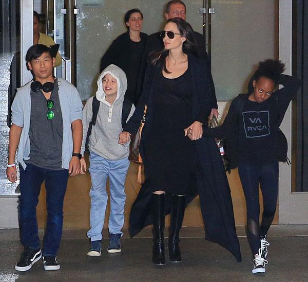 Một ngày trước đó, Jolie cùng các con bay từ Campuchia tới London thăm Brad Pitt đóng phim. Cậu cả Maddox và cặp song sinh ở lại Anh với bố trong khi Pax Thiên, Shiloh và Zahara theo mẹ về Mỹ.