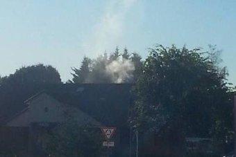Khói bốc lên qua ống khói từ trụ sở cảnh sát.