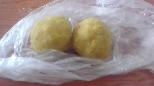 Hai trong số những cái bánh nhiễm thuốc trừ sâu. Ảnh: Ikram Paracha