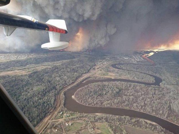 Khói lửa bốc cao từ khu vực bị cháy - Ảnh: Twitter/RT