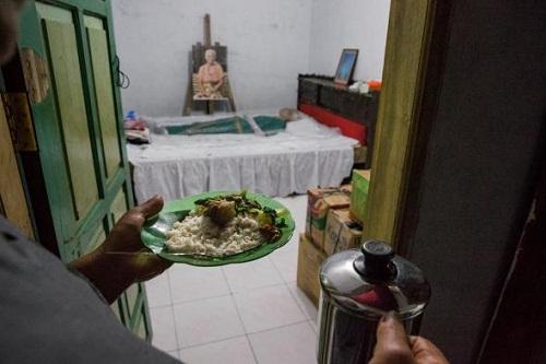 Risma Paembonan mang bữa tối cho mẹ chồng là Maria Salempang, người mất được hai tuần, thọ 84 tuổi. Tôi không buồn, vì bà vẫn ở bên cạnh chúng tôi, cô con gái 75 tuổi của bà cụ nói. Ảnh: NG